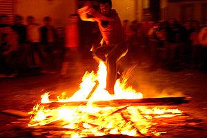 Entre las costumbres, está la de saltar sobre el fuego.