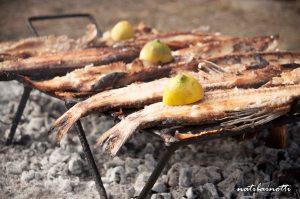Almuerzo de domingo en familia: pescado a la parrilla en casa