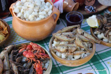 Pescaditos y cangrejitos, en un puesto donde invitaban a probar chicha sin compromiso.