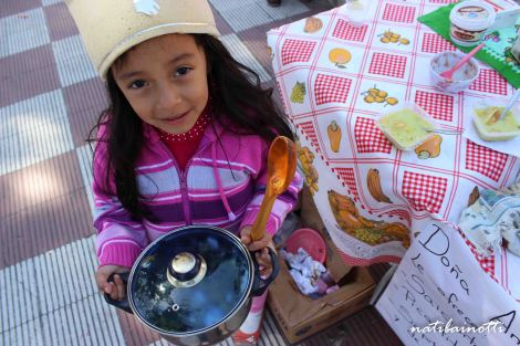Anita y su cacerolita con comida.
