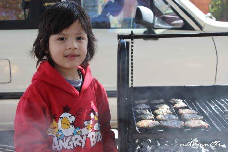 Alejandro y su parrilla con mini kebabs.