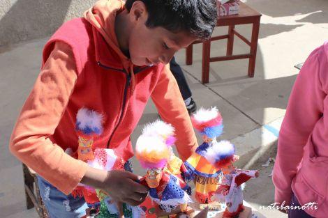 Venta de muñequitos de chunchos, los hombres promesantes de la fiesta de San Roque.