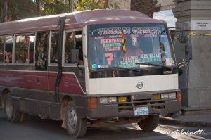Muchos buses llevan la inscripción también.
