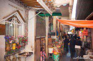 El santuario en el Mercado Central, siempre con velitas.