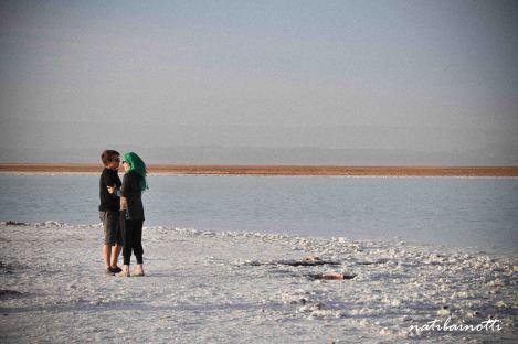 En la Laguna Tebenquinche, mitad agua, mitad sal.