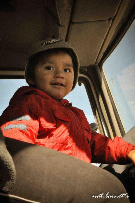 El hijito del chofer del camión que nos llevaba por el tour.