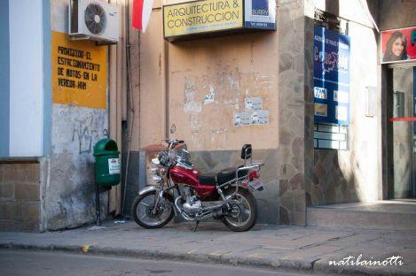 """El cartel de """"Prohibido estacionar motos en la vereda"""" poco le importó."""